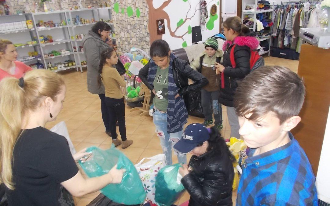Copiii defavorizaţi din Sectorul 6 au primit  haine, cărţi şi jucării de la Magazinul SocialXChange