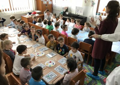 Expoziție de pictură pe sticlă, darul copiilor pentru Moș Nicolae (3)