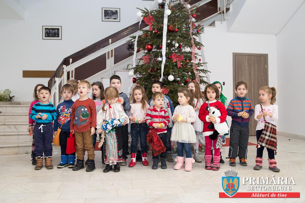 """Copiii de la Grădinița 209 și """"Corul Buburuzelor"""" i-au colindat pe angajaţii Primăriei Sectorului 6"""