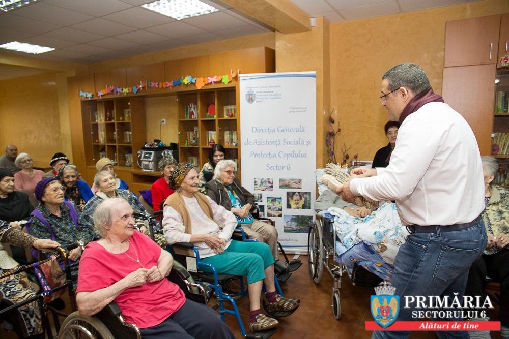 Primarul Gabriel Mutu se ține de promisiune: a dăruit vârstnicilor 130 de perechi de ciorapi fabricați din lână românească
