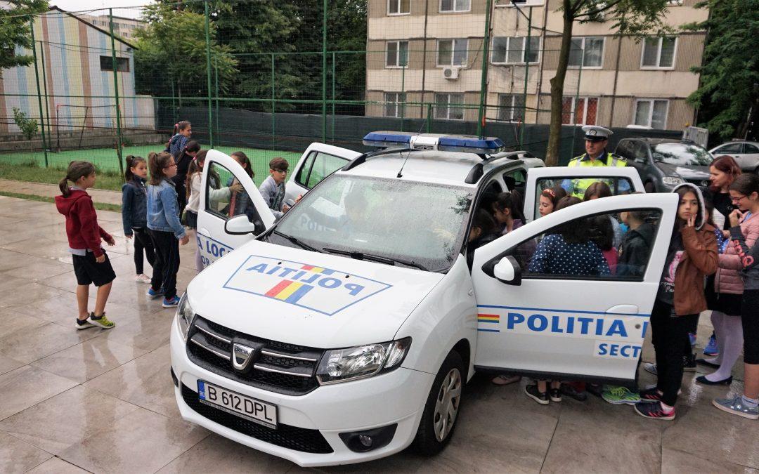 """Agenții rutieri din cadrul Poliţiei Locale Sector 6 i-au vizitat  pe copiii de la Școala Internațională """"King George"""""""