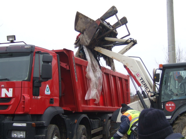 60 de tone de deşeuri, ridicate ieri de la marginea Cartierului Giulești