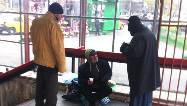 Oamenii fără adăpost din Sectorul 6, trataţi cu ceai cald de poliţiştii locali
