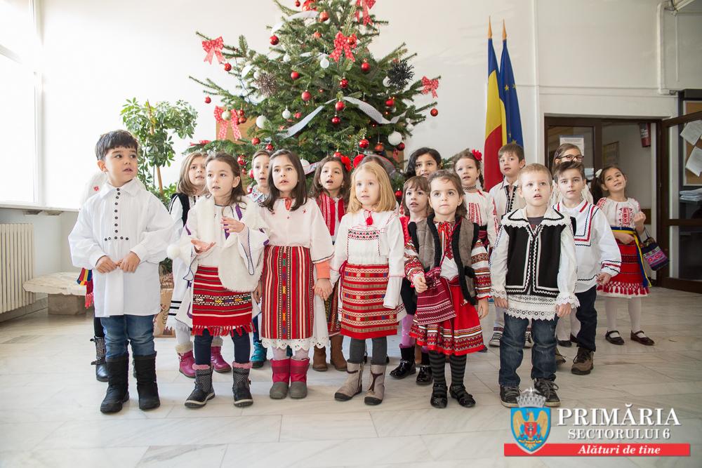 """Copiii de la """"Corul Buburuzelor"""" i-au colindat  pe angajaţii Primăriei Sectorului 6"""