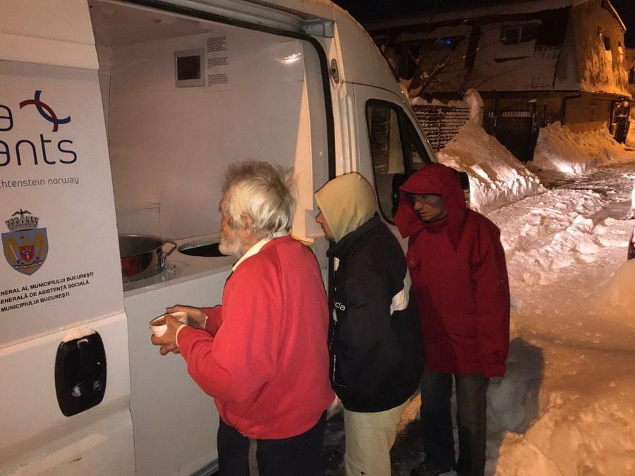 Peste 1.000 de porţii de hrană caldă au fost distribuite în Sectorul 6 prin bucătăria mobilă