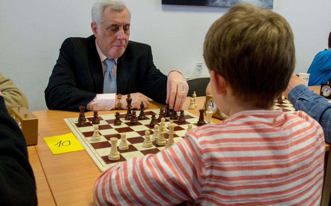 De la bunici la nepoţi, şahul apropie şi motivează