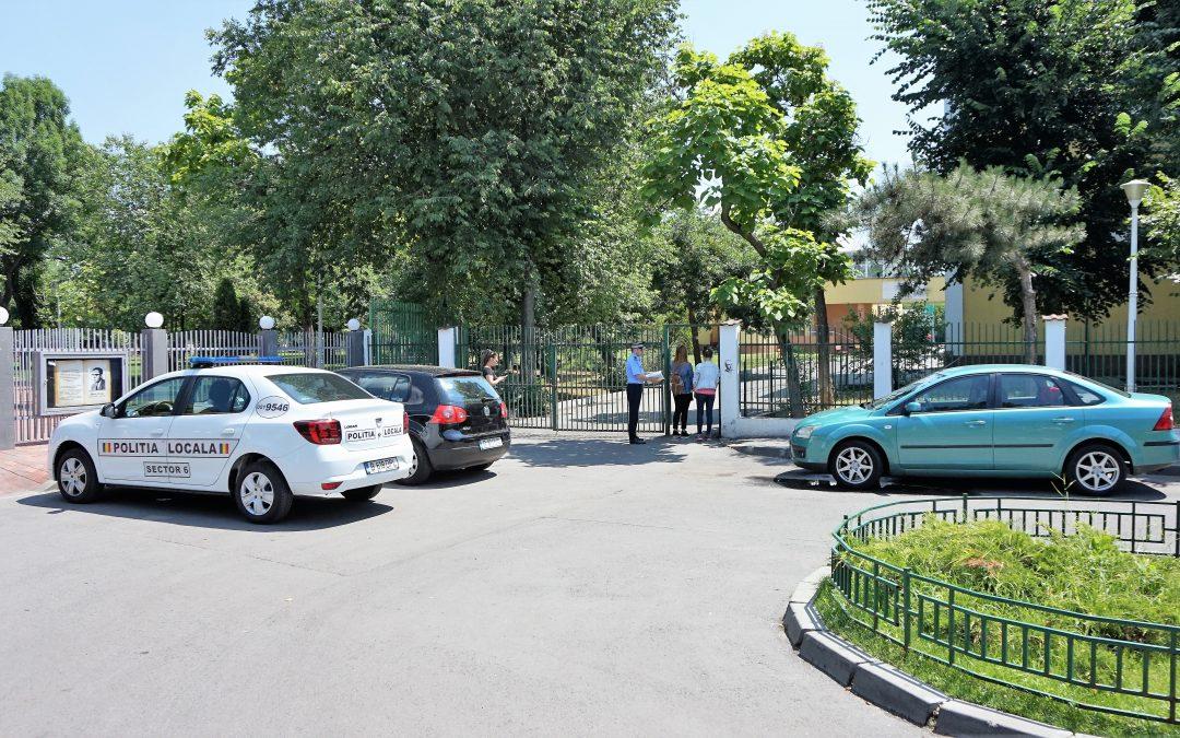 Poliţiştii locali asigură ordinea în preajma școlilor în care se organizează Evaluarea Națională