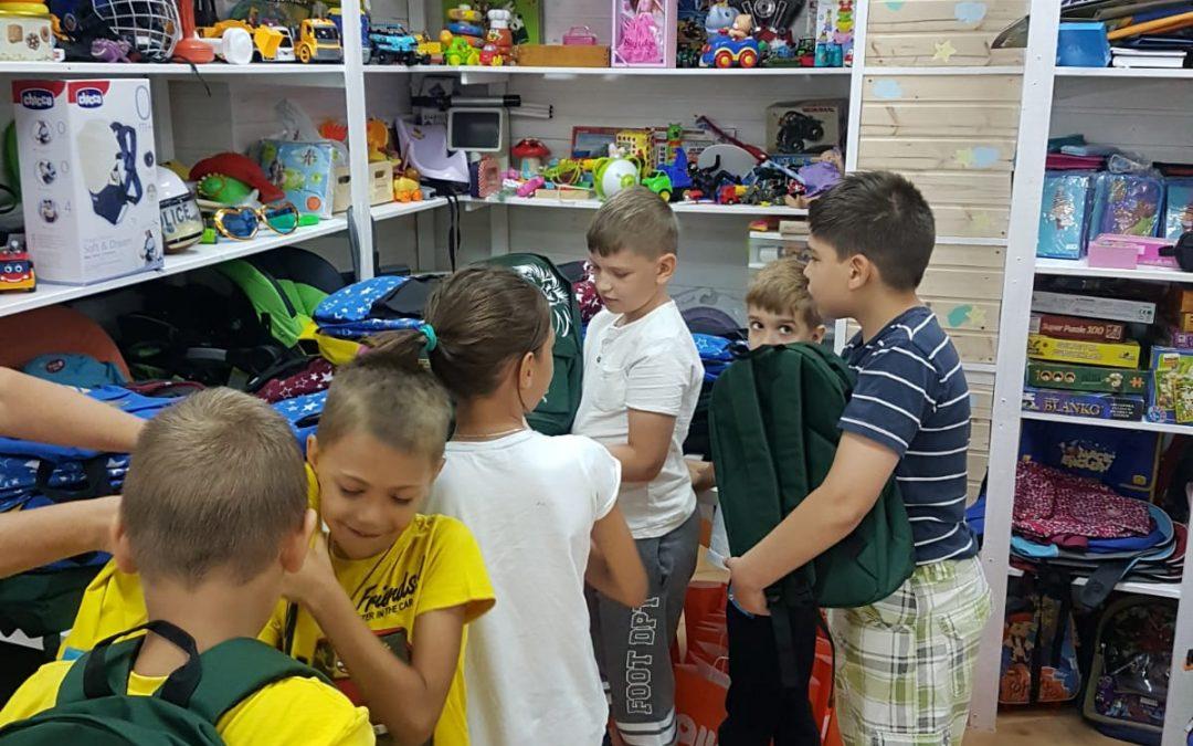 Donații de ghiozdane și rechizite pentru elevii din Sectorul 6