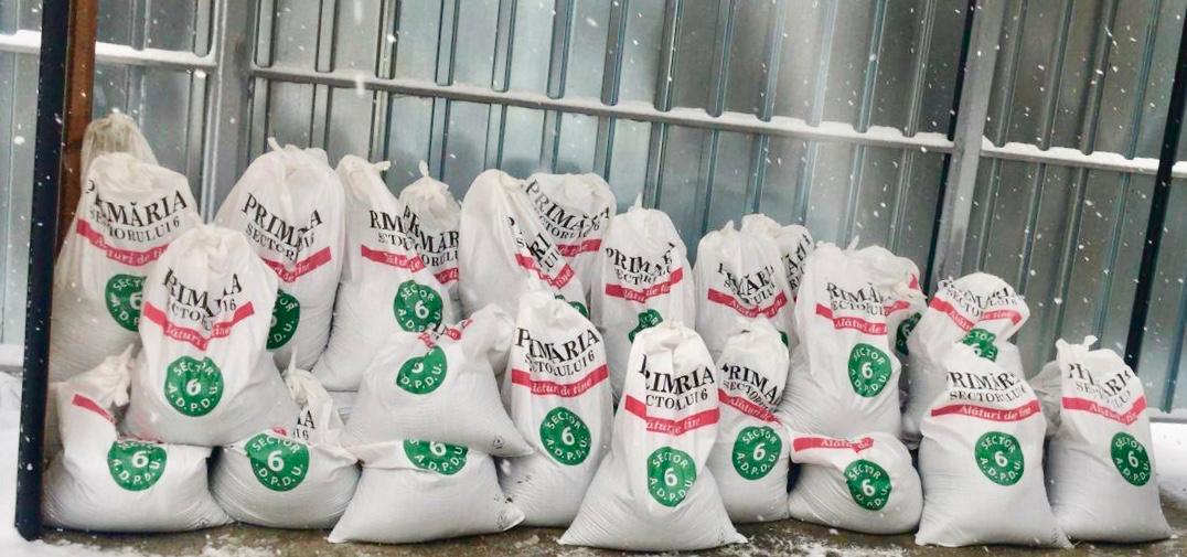 Primăria Sectorului 6 oferă și în acest an, gratuit, saci cu material antiderapant pentru deszăpezirea aleilor din jurul blocurilor