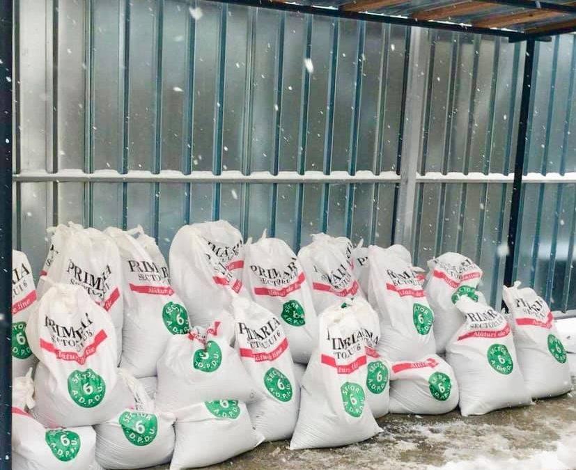 Primăria Sectorului 6 distribuie saci cu sare pentru combaterea poleiului şi a gheţii de pe aleile din jurul blocurilor