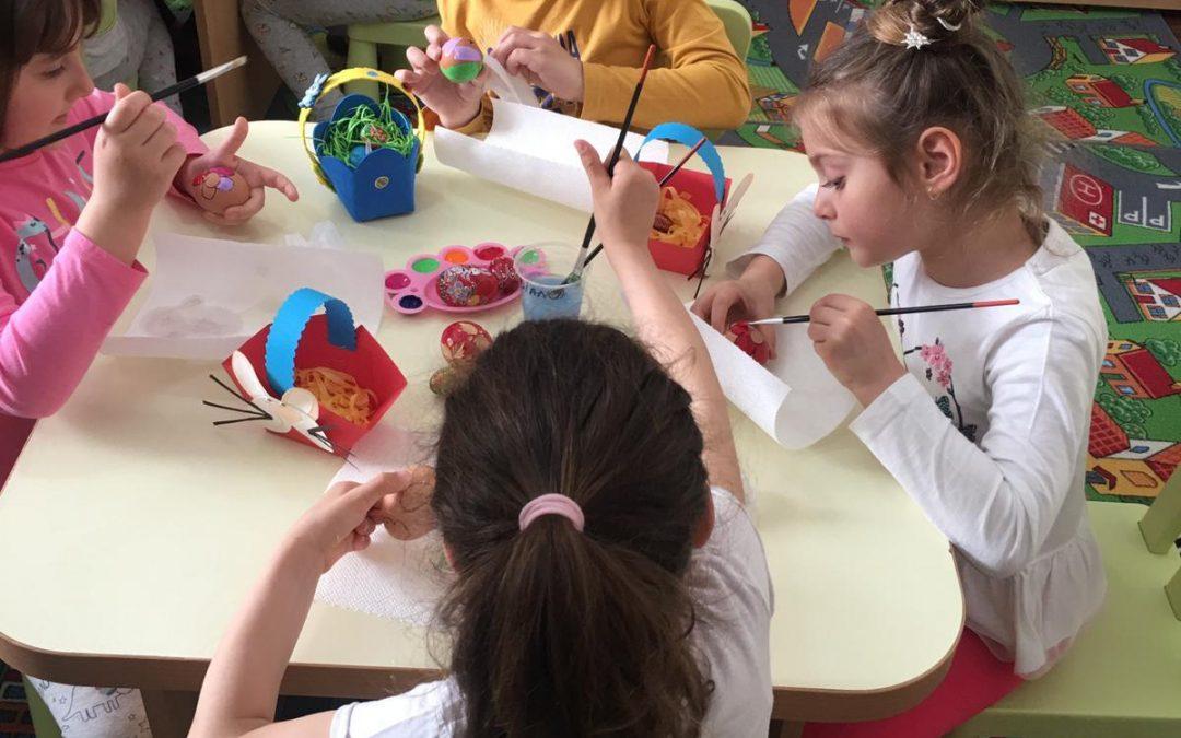 Copiii din Sectorul 6 învață tehnica de încondeiere a ouălor