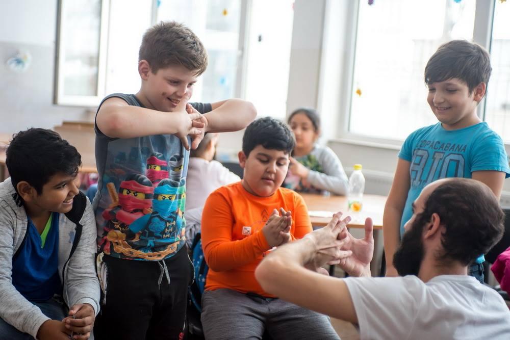 Copiii înscrişi în Programul PIED au primit vizita unor studenţi străini