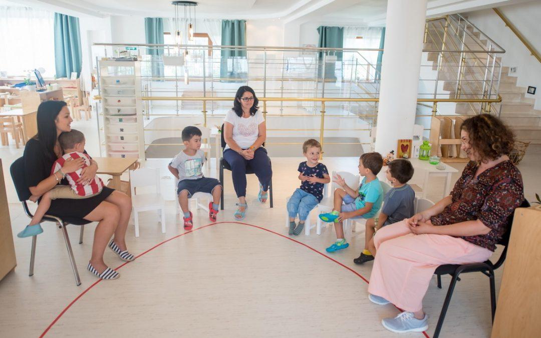 Serbare de Crăciun pentru copiii din primul centru social Montessori din România
