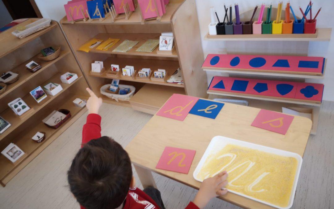 Scrierea, descoperită de copiii din Sectorul 6 prin metode de predare Montessori