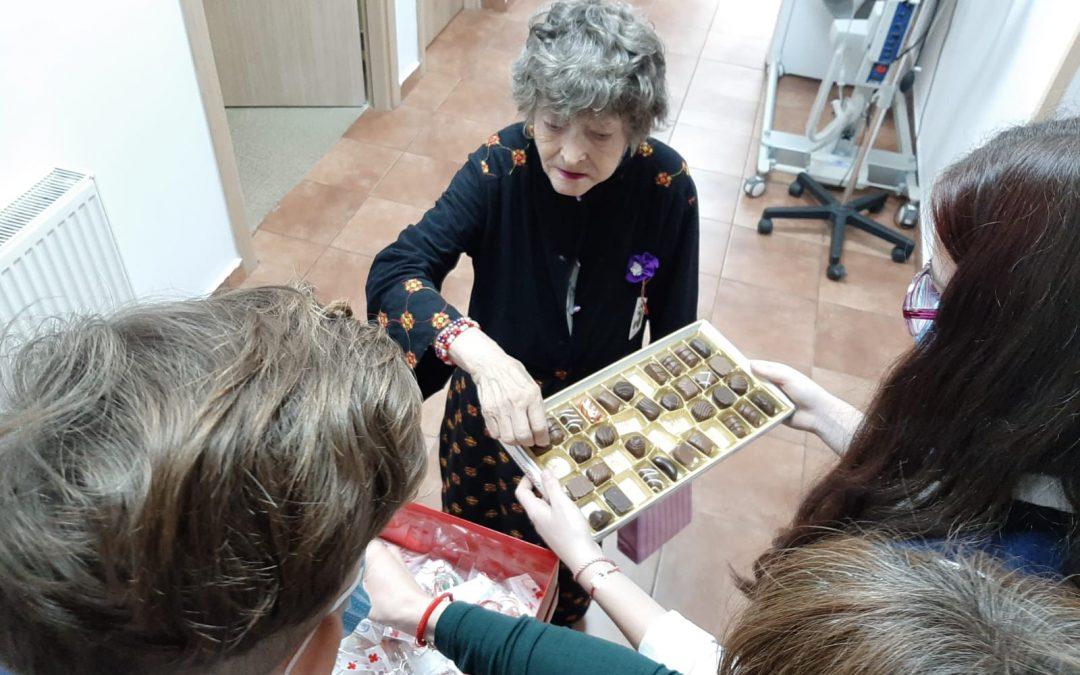"""Copiii cu deficiențe de auz, în vizită la seniorii rezidenți ai Complexului de Servicii Sociale  ,,Floare Roşie"""", din Sector 6"""