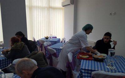 Pachete livrate acasă pentru beneficiarii cantinelor sociale din Sectorul 6